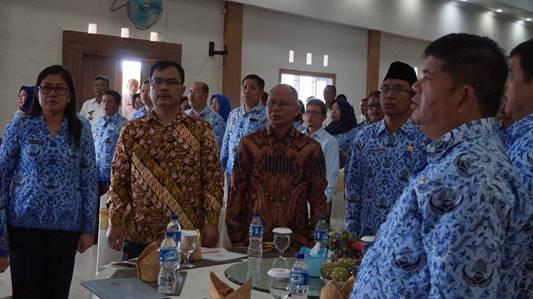 """""""seluruh peserta dan narasumber menyanyikan lagu Indonesia Raya."""""""