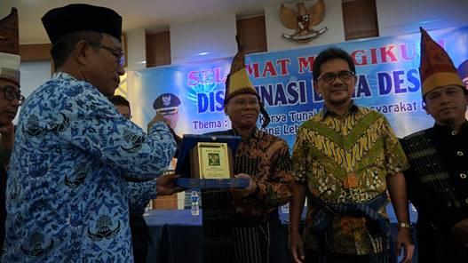 """""""Penyerahan kenang-kenangan dari Pemerintah Kabupaten Simalungun."""